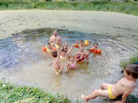центр-адаптації-дітей-купання-в-річці2